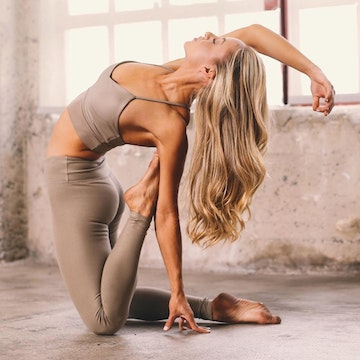 5 Morning Stretches to Start the Day with Jacquelyn Umof